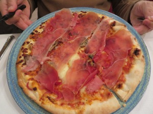 Pizza con funghi e cotto (mushrooms and prosciutto).