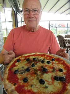 Ric's Pizza Romana: Anchovies, olives and capers. Great cheese!
