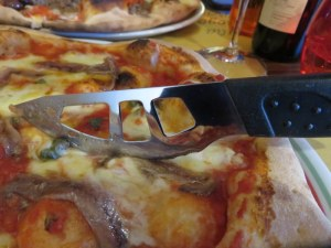 Is this a great pizza knife or what! So many in Italy are dull.